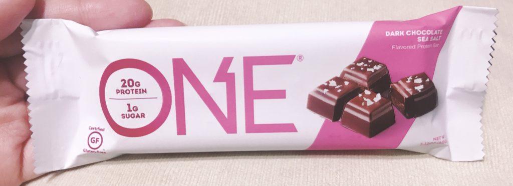ナチュラルローソンで買えるプロテインバーのワンバーダークチョコレートシーソルト風味