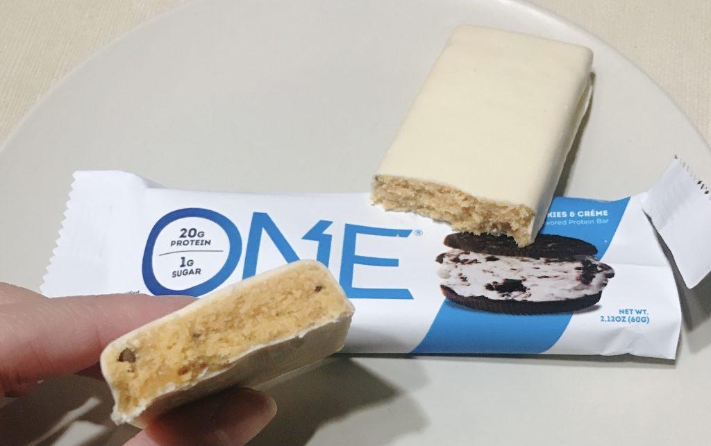 ナチュラルローソンで買えるプロテインバーのワンバークッキーアンドクリーム風味の断面