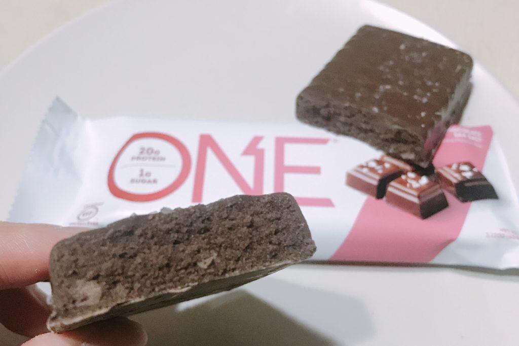 ナチュラルローソンで買えるプロテインバーのワンバーダークチョコレートシーソルト風味の断面